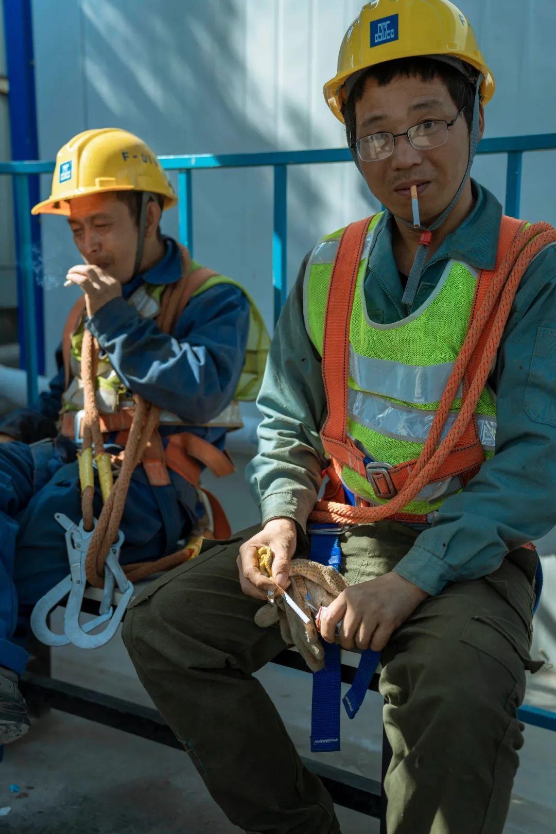 建筑工人面临着老龄化的问题,工地上很少看见年轻人